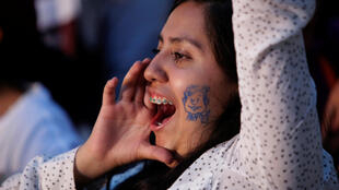 Una joven durante el cierre de campaña del candidato de Morena, Andrés Manuel López Obrador.