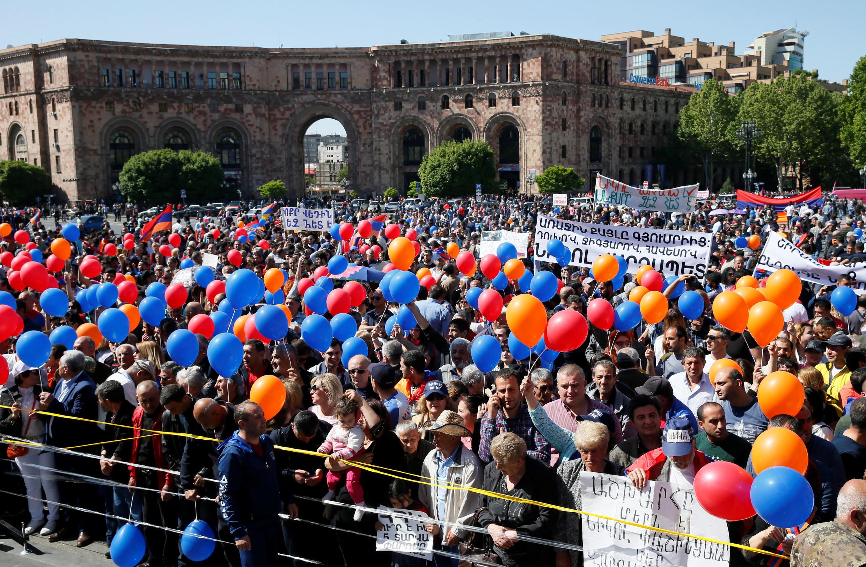 Cторонники Никола Пашиняна на площади Республики в Ереване, 1 мая 2018.
