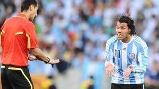 Carlos Tevez, mchezaji wa Argentina wakati wa Kombe la Dunia la mwaka 2010.