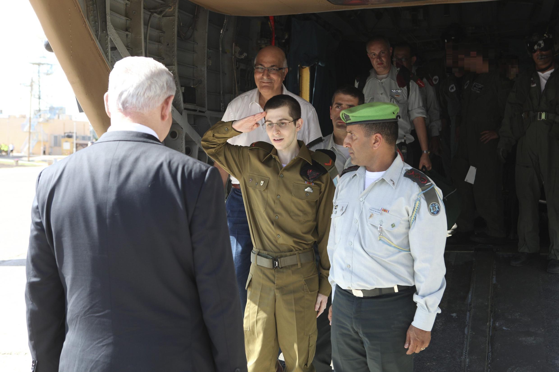 Người lính Israel Gilad Shalit, trong quân phục, chào thủ tướng Israel Benjamin Netanyahu, tại căn cứ không quân Tel Nof (miền Trung Israel), 18/10/2011.