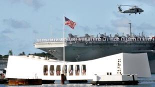 Ông Shinzo Abe là thủ tướng Nhật đầu tiên viếng thăm đài tưởng niệm Arizona ở Pearl Harbor (Trân Trâu Cảng). Trong ảnh, chiến hạm USS Abraham Lincoln tới đài tưởng niệm.