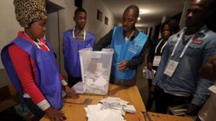 Representantes da Comissão Nacional Eleitoral a contarem os votos na noite de 23 de Agosto 2017.