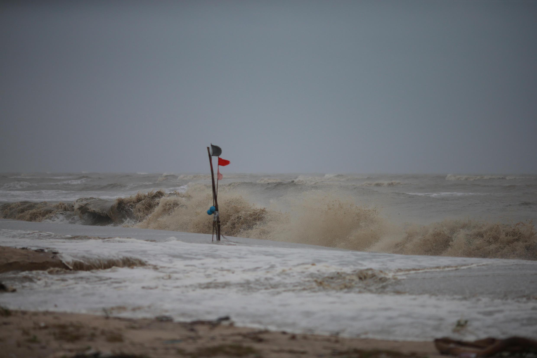 Praia do sul do país afetada pelos ventos da tempestade Pabuk.