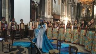 Grupos Contracantos e Contraventosse apresentaram espetáculo na igreja Saint-Merry, centro de Paris.