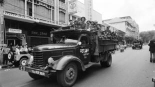 Les hommes des Forces nationales de libération pénètrent en vainqueurs dans Saigon le 30 avril 1975.