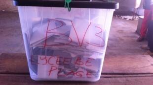 Une urne scellée du bureau de vote du lycée de Bè-Plage, à Lomé, le 25 avril.