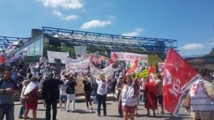 Ils étaient des dizaines de manifestants devant le ministère de l'Economie et des Finances, mardi 2 juillet 2019.