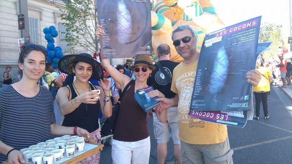 """Companhia Pangar com cartazes da peça """"Les Cocons"""" durante o desfile de abertura do Festival d'Avignon"""