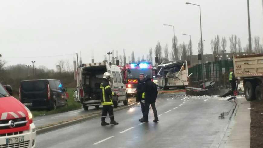 Seis adolescentes morrem em acidente de ônibus escolar na região oeste da Charente-Maritime, na França.