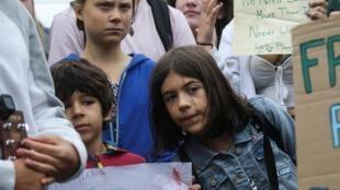 Nhà đấu tranh vì môi trường Greta Thunberg (giữa) cùng học sinh, sinh viên Mỹ tuần hành trước Nhà Trắng. Ảnh ngày 13/09/2019.