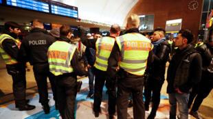 Important dispositif de police dans les gares de Cologne dans la nuit du 31 décembre au 1er janvier 2017.