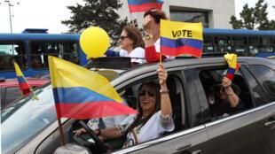 Ambiente de votación en las calles de Bogotá previas al referendum por los acuerdos de paz