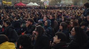 Desde el 31 de marzo cientos de jóvenes se dan cita en la Plaza de la República, en París, en un movimiento bautizado como 'Nuit Debout'.
