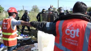 Người biểu tình ngăn chặn lối vào một kho chứa dầu lửa gần nhà máy lọc dầu của Total ở Donges, vùng Pays de la Loire, Pháp, 27/05/2016