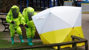 Tente médicale sous laquelle se trouve le banc sur lequel Sergueï Skripal et sa fille Youlia ont été retrouvés inconscients, dans un centre commercial de Salisbury, à 140 km au sud-ouest de Londres, le 4 mars 2018.