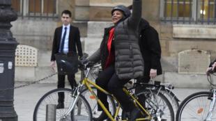 Depois de seu último discurso no Ministério da Justiça, Christiane Taubira voltou para casa em sua célebre bicicleta amarela nesta quarta-feira (27).
