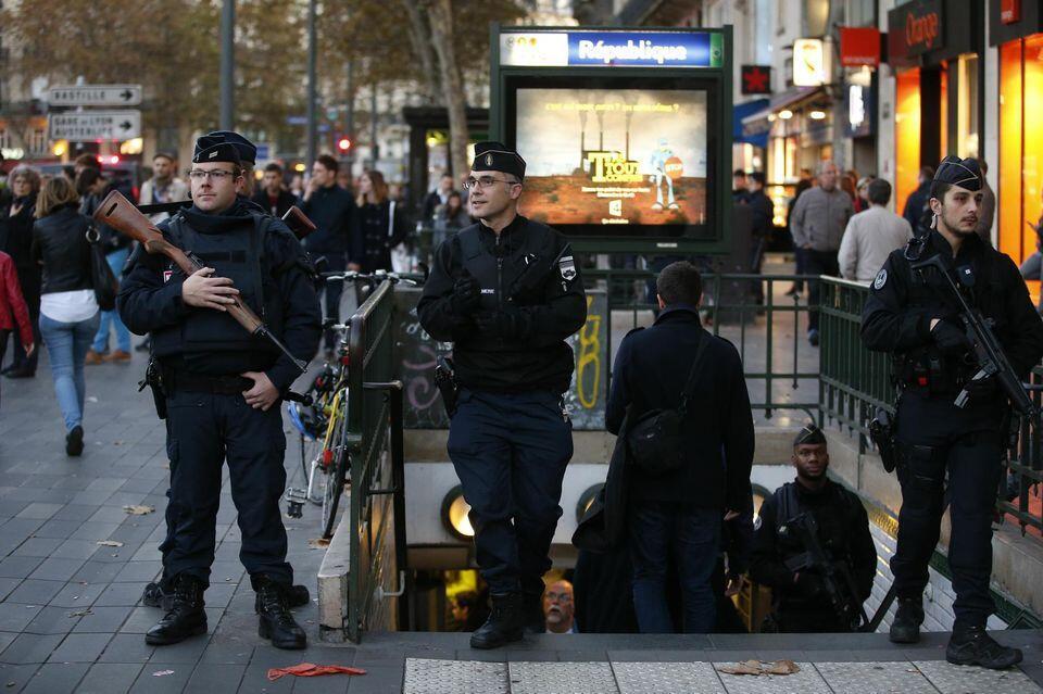 Policiais patrulham saída do metrô République, no centro de Paris