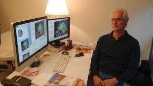 O psiquiatra e neurocientista francês, Jean-Luc Martinot, em seu escritorio em Paris