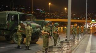 Турецкие военные блокировали мост через Босфор 15 июля 2016.