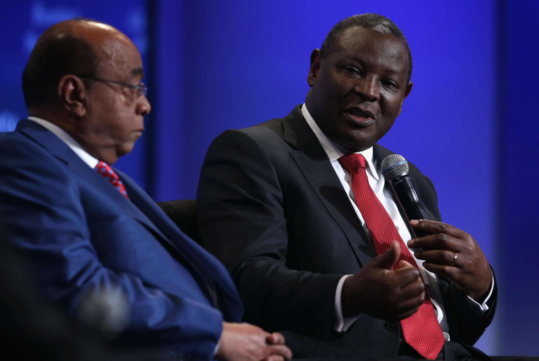 Le Kényan James Mwangi, de l'Equity Bank Group (d), en compagnie de Mo Ibrahim (g), lors d'une session du Forum US-Africa Business à Washington en août 2014.