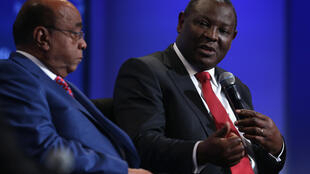 Le Kényan James Mwangi, de l'Equity Bank Group (d), en compagnie de Mo Ibrahim (g), lors d'une session du Forum US-Africa Business à Washington en août 2014.