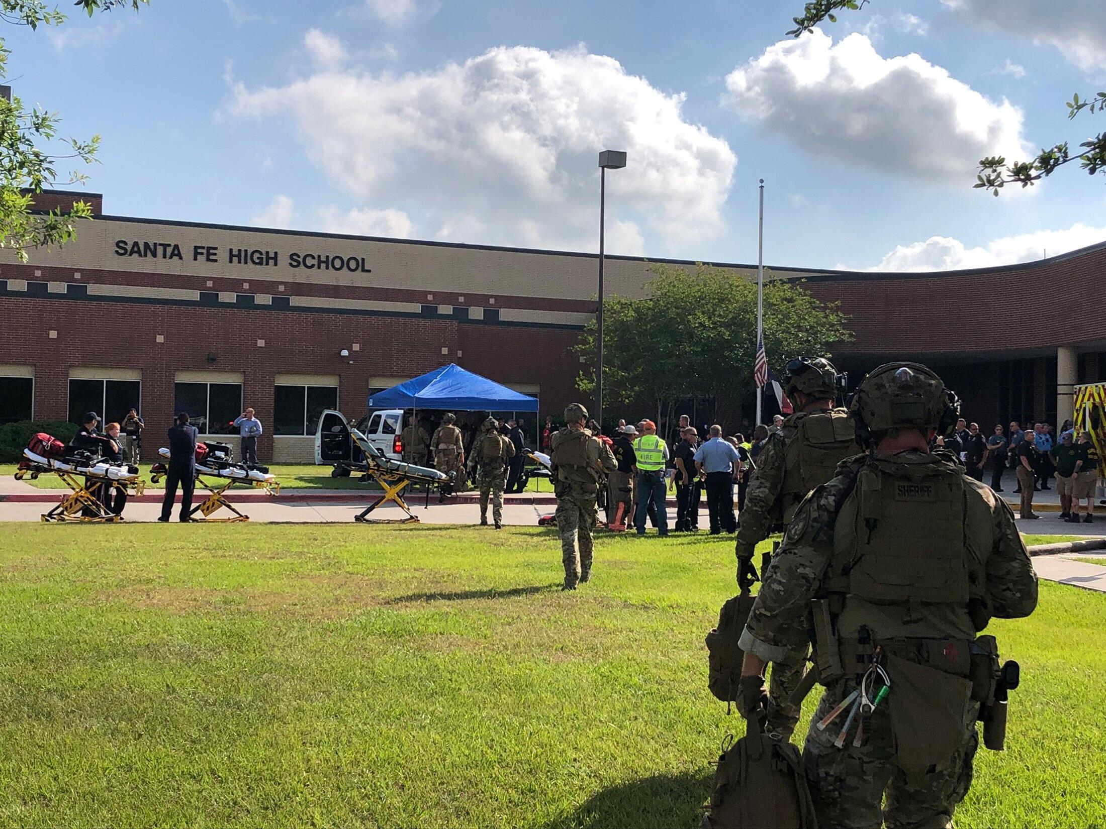 Cảnh sát được triển khai tại trường trung học Santa Fe sau vụ xả súng ngày 18/05/2018.
