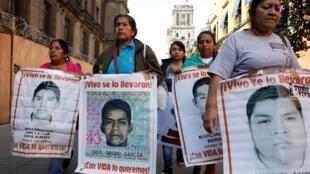 Las familias de los 43 desaparecidos de Ayotzinapa en Ciudad de México, este 9 de enero de 2020.