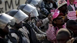 Les locaux du Conseil électoral provisoire d'Haïti protégés par les forces de l'ordre, le 24 avril 2016 à Port-au-Prince, face aux manifestants du PHTK.