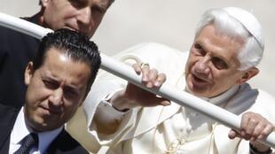 """Паоло Габриэле рядом с Бенедиктом XVI в """"папамобиле"""" 23/05/2012 (архив)"""