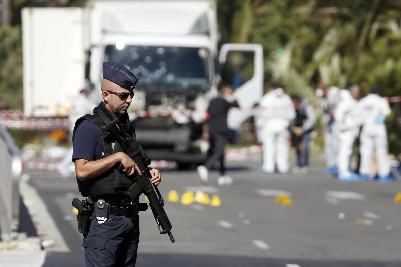 Полиция на месте теракта в Ницце на Английской набережной