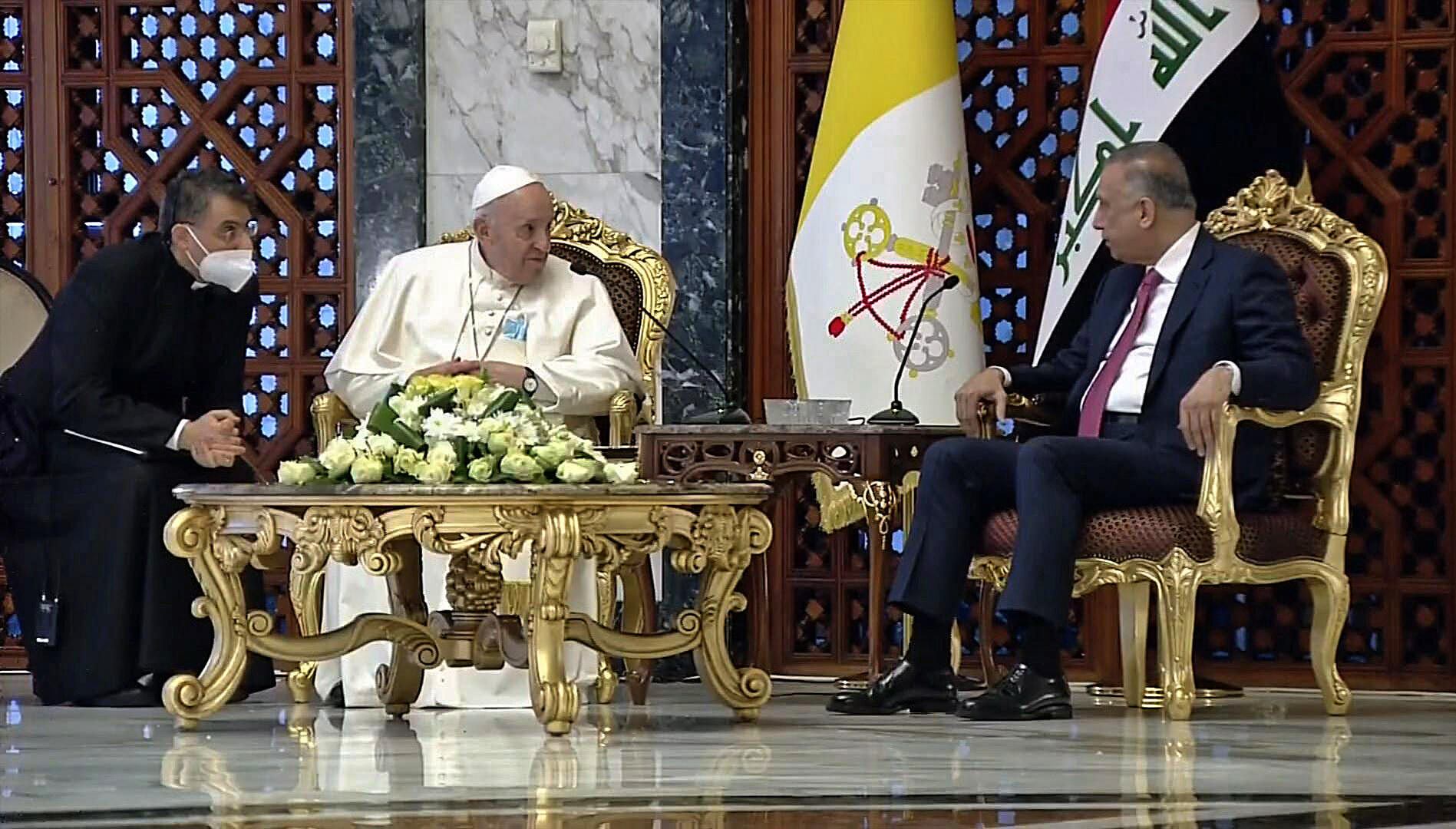 O Papa Francisco (esquerda) encontrou-se com o Primeiro-ministro iraquiano Mustafa al-Kadhemi (direita).