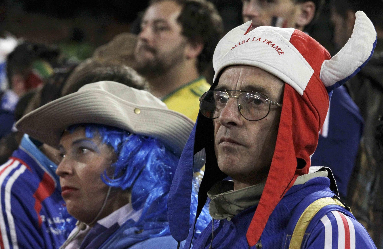 Грустные французские болельщики на чемпионате в ЮАР после после поражения их команды.