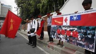 Kiều dân Miến Điện tại Thái Lan biểu tình kỷ niệm phong trào nổi dậy 8888 của sinh viên, trước đại sứ quán Miến Điện ở Bangkok, ngày 08/08/2012.