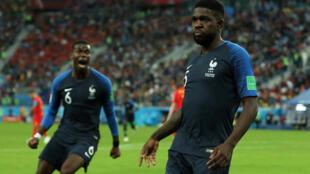 Samuel Umtiti (direita), defesa francês, apontou o único golo frente à Bélgica na meia-final do Mundial 2018.