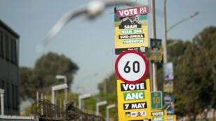 Des affiches électorales à Manenberg, Cap Town, le 2 mai 2014.