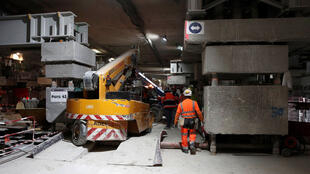 Un ouvrier travaille sur le chantier du projet Eole, dans le prolongement de la ligne E du réseau ferré RER, à la gare CNIT La Défense, près de Paris, le 13 mai 2019.