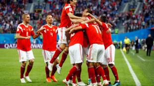 Jogadores russos comemoram um dos gols na vitória contra o Egito.