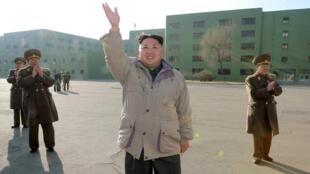 Kim Jong Un, líder norte-coreano, durante sessão de fotos no dia 25 de dezembro.