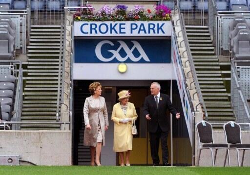 La reine d'Angleterre Elizabeth II et la présidente irlandaise Mary McAleese au stade de sports gaëlique Croke Park à Dublin, accompagné du président de l'Association athlétique gaëlique, Christy Cooney, le 18 mai 2011.