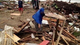 Habitantes de Carita nos escombros de suas casas, em 23 de dezembro de 2018.