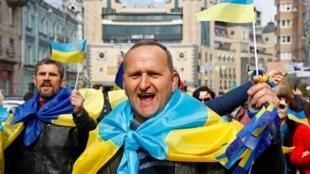 烏克蘭街頭披着國旗的民眾