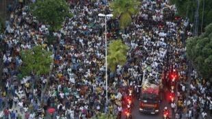 Uma multidão de partidários e admiradores acompanhou o carro de bombeiros que levou o corpo de Eduardo Campos até o cemitério de Santo Amaro, em Recife.