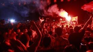 Protesto contra o governo diante da sede da Assembleia Nacional Constituinte na capital Tunis.