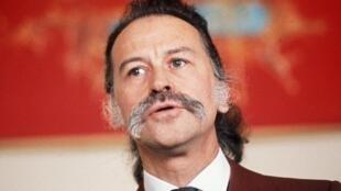 Le peintre français Georges Mathieu présente quelques uns de ses tableaux le 15 mars 1971 dans une galerie parisienne.