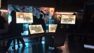 A Angoulême, les visiteurs de l'exposition peuvent s'impreigner de l'unviers de Batman en faisant un petit détour par la batcave...