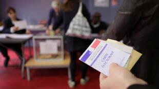 Quase 47 milhões de eleitores estão registrados para votar no segundo turno, neste domingo, para escolher o próximo presidente francês.