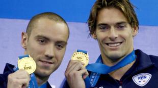 Los franceses Camille Lacourt y Jeremy Stravius registraron un crono idéntico de 52 segundos y 76 centésimas en la prueba de 100 metros espalda en Shangai.