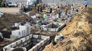 Les préparatifs de l'inhumation des victimes du drame de Mpila, le 9 mars 2012.