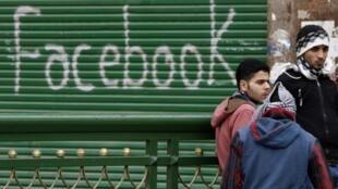 A rede social Facebook está sendo usada para reunir manifestantes no mundo árabe.