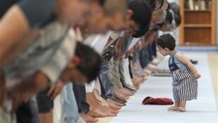 Muslmi a babban masallacin birnin Strasbourg da ke kasar Faransa, yayin gudanar da Sallar Azahar a watan Ramadan.